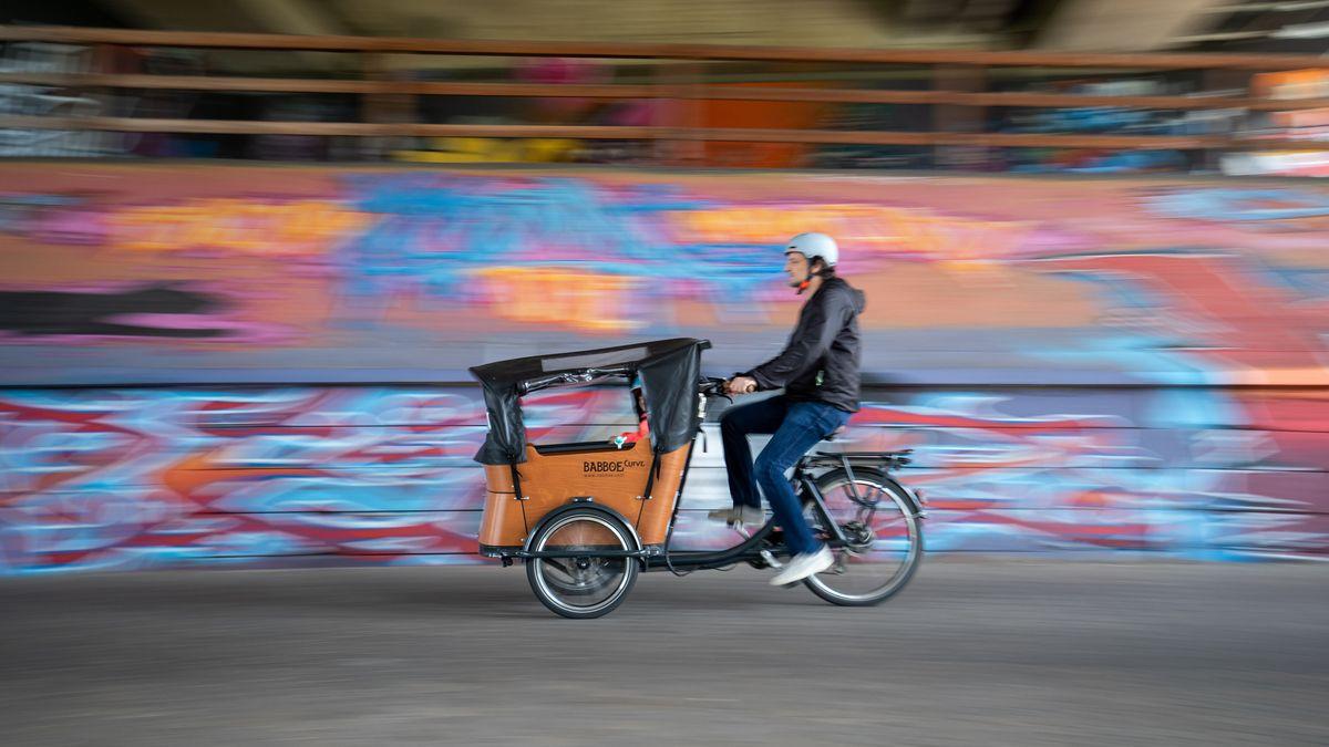 Mann auf Lastenrad