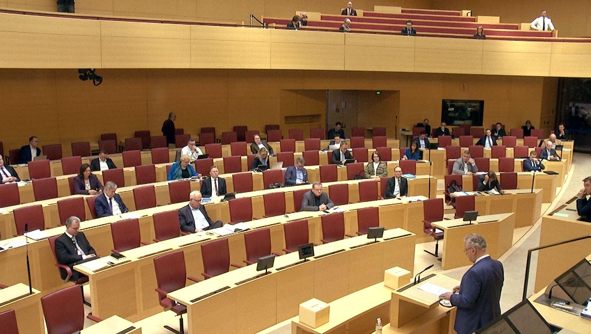 Im Kampf gegen das Coronavirus darf die bayerische Staatsregierung den Gesundheits-Notstand ausrufen. Damit kann sie künftig leichter auf medizinisches Personal und Material zugreifen. Dem stimmte heute der Landtag geschlossen zu.