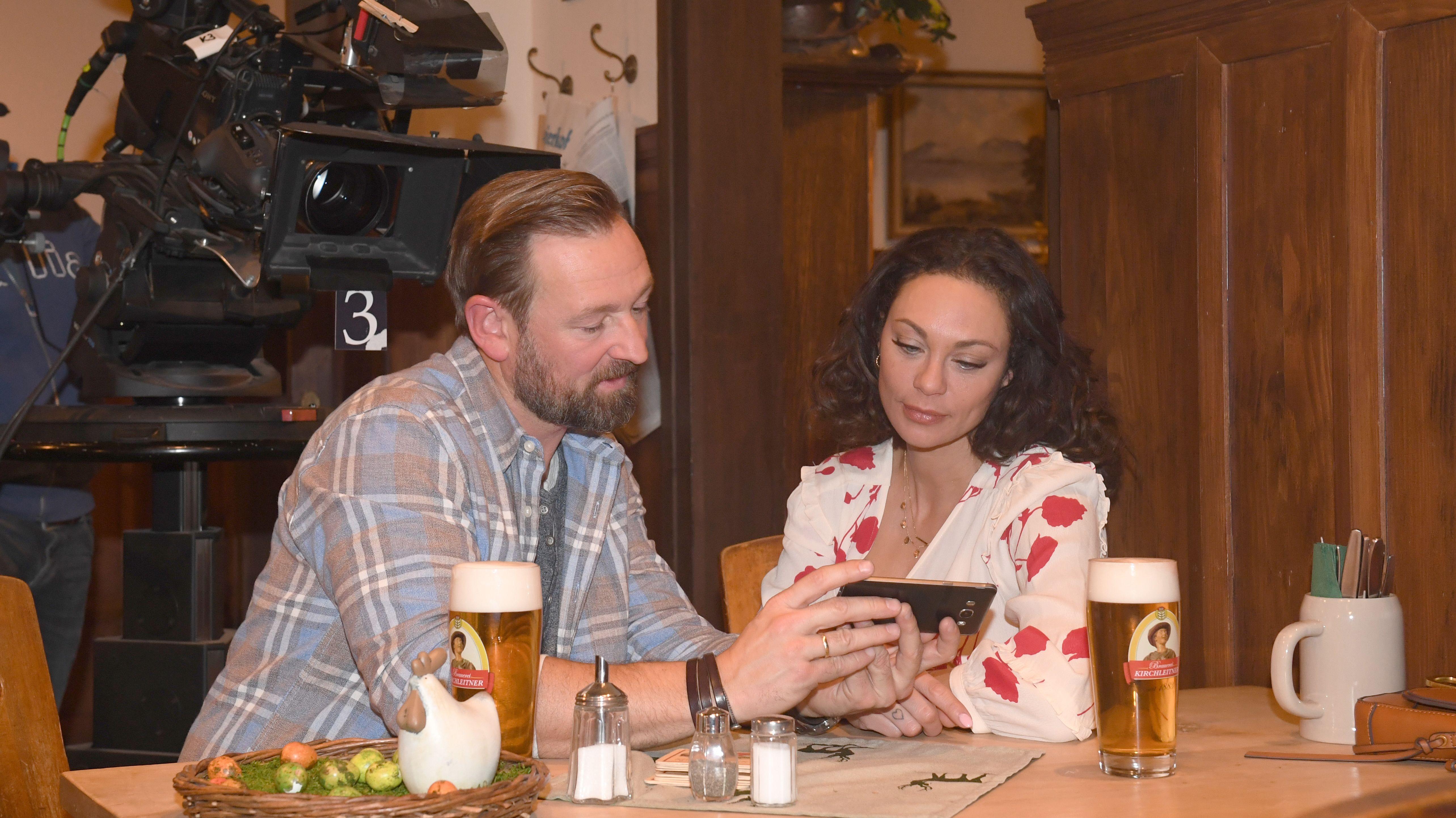 Schauspieler Holger M. Wilhelm und Lilly Becker am Set.