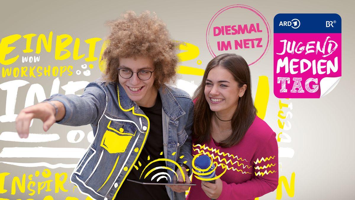 Zwei Teenager stehen vor einem Jugendmedientag-Plakat