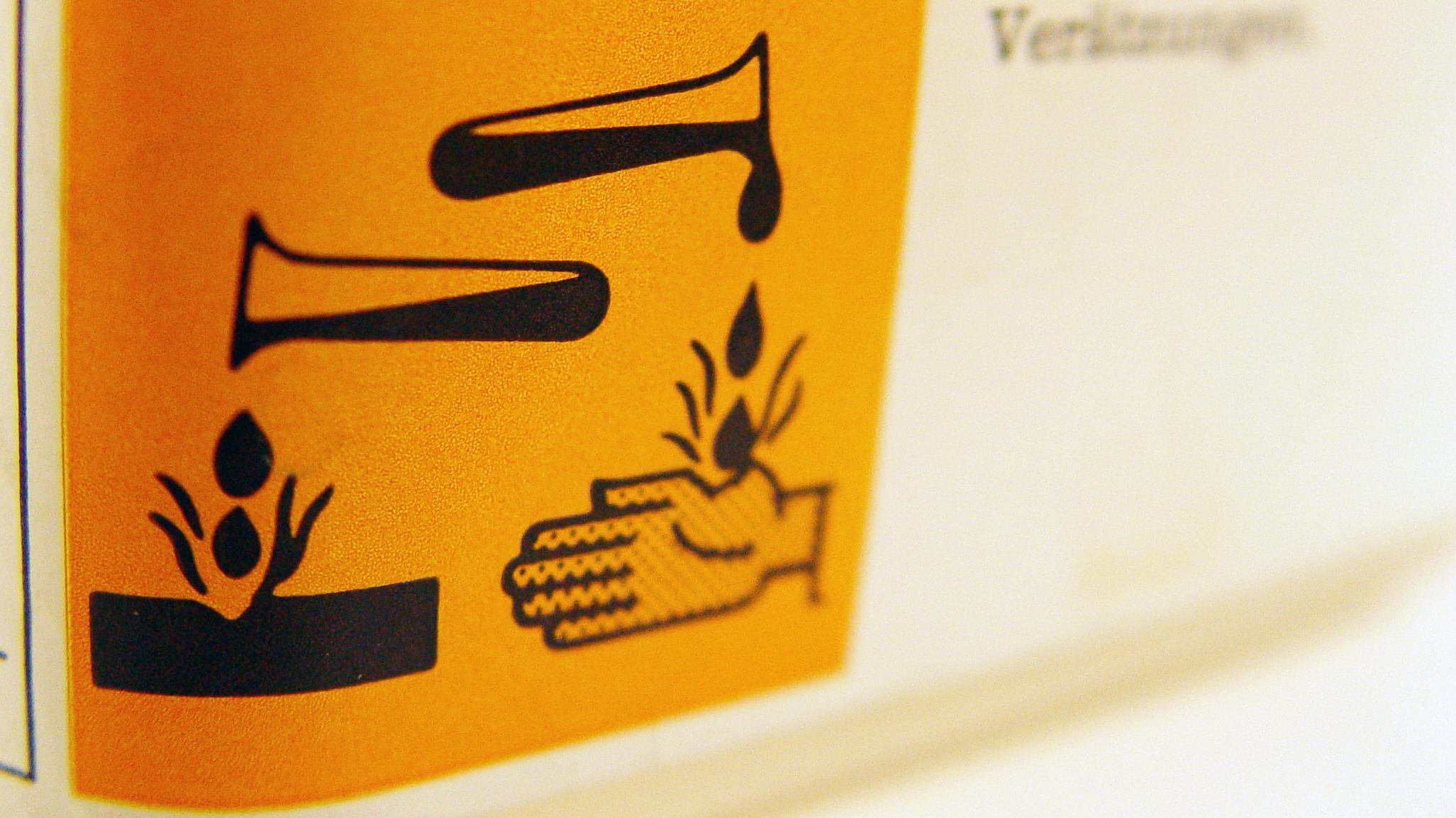 Kanister mit ätzender Flüssigkeit (Symbolbild)