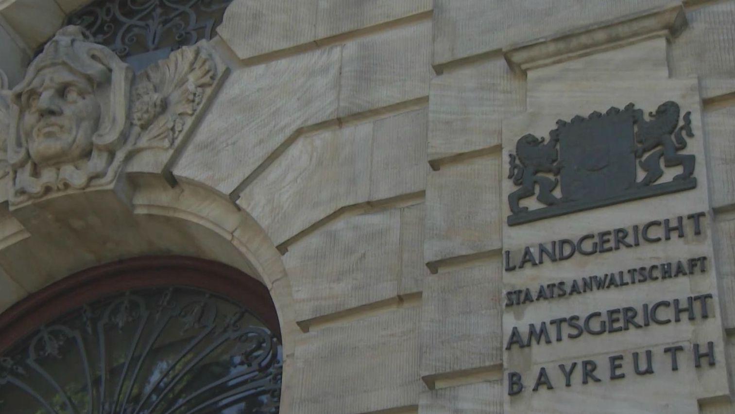 """Die Fassade des Justizpalats Bayreuth mit der Aufschrift """"Landgericht, Staatsanwaltschaft, Amtsgericht Bayreuth"""""""