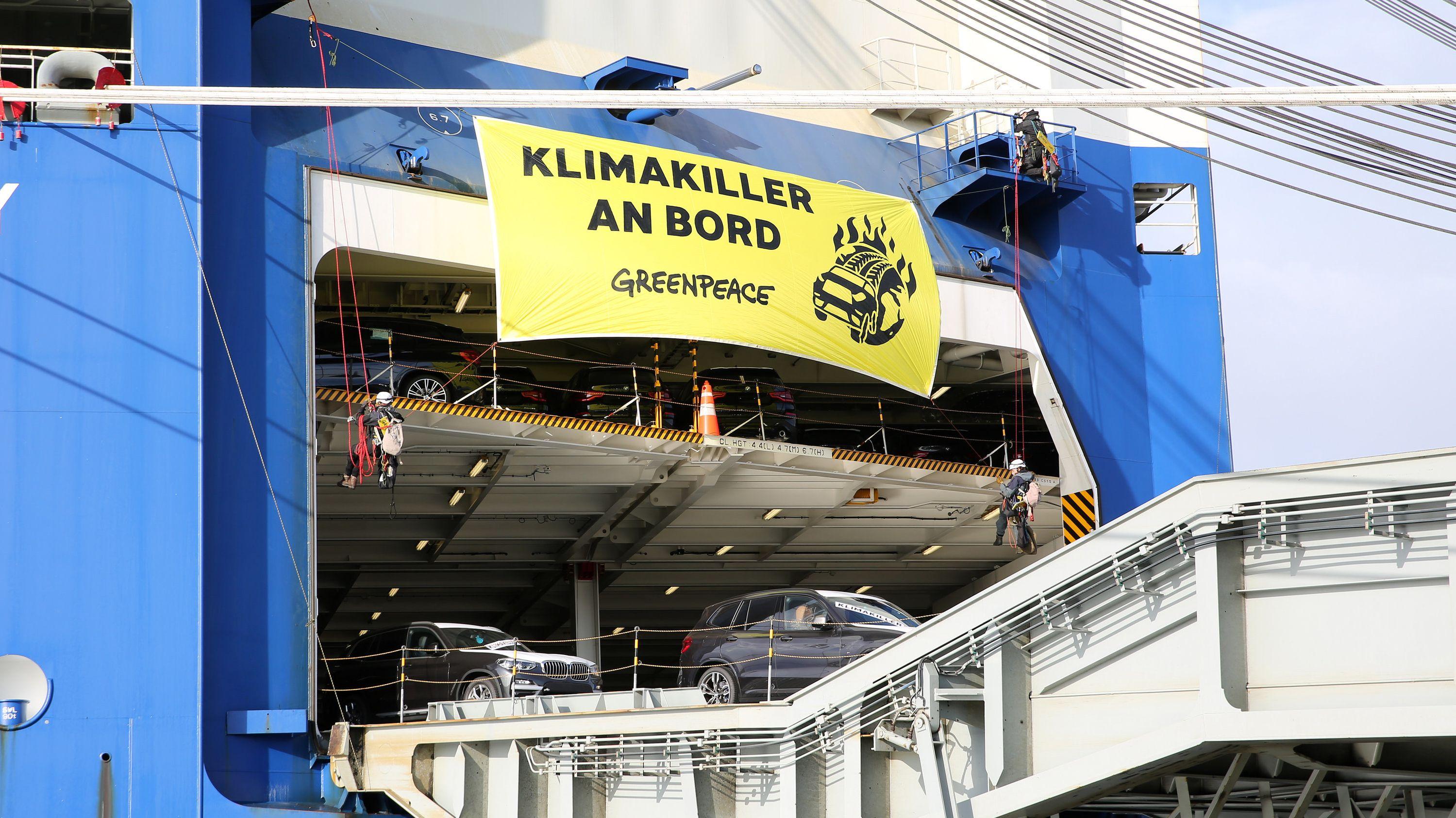 Greenpeace-Aktivisten blockieren am Autoterminal in Bremerhaven das Entladen von SUV-Fahrzeugen.