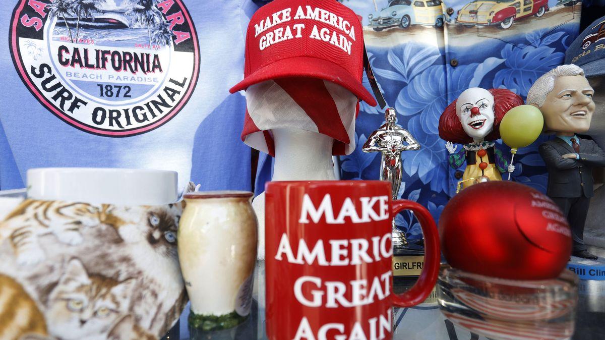 """Marketingartikel, wie eine rote Tasse und Basecap mit dem Spruch """"Make America great again""""."""