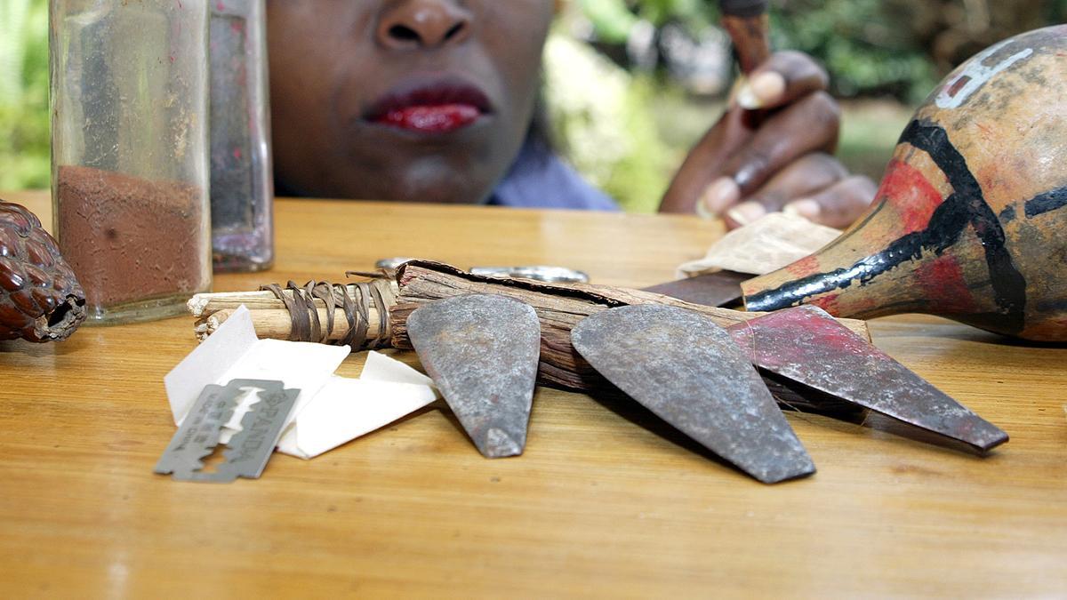 Instrumente wie Messer oder Rasierklinge zur Beschneidung