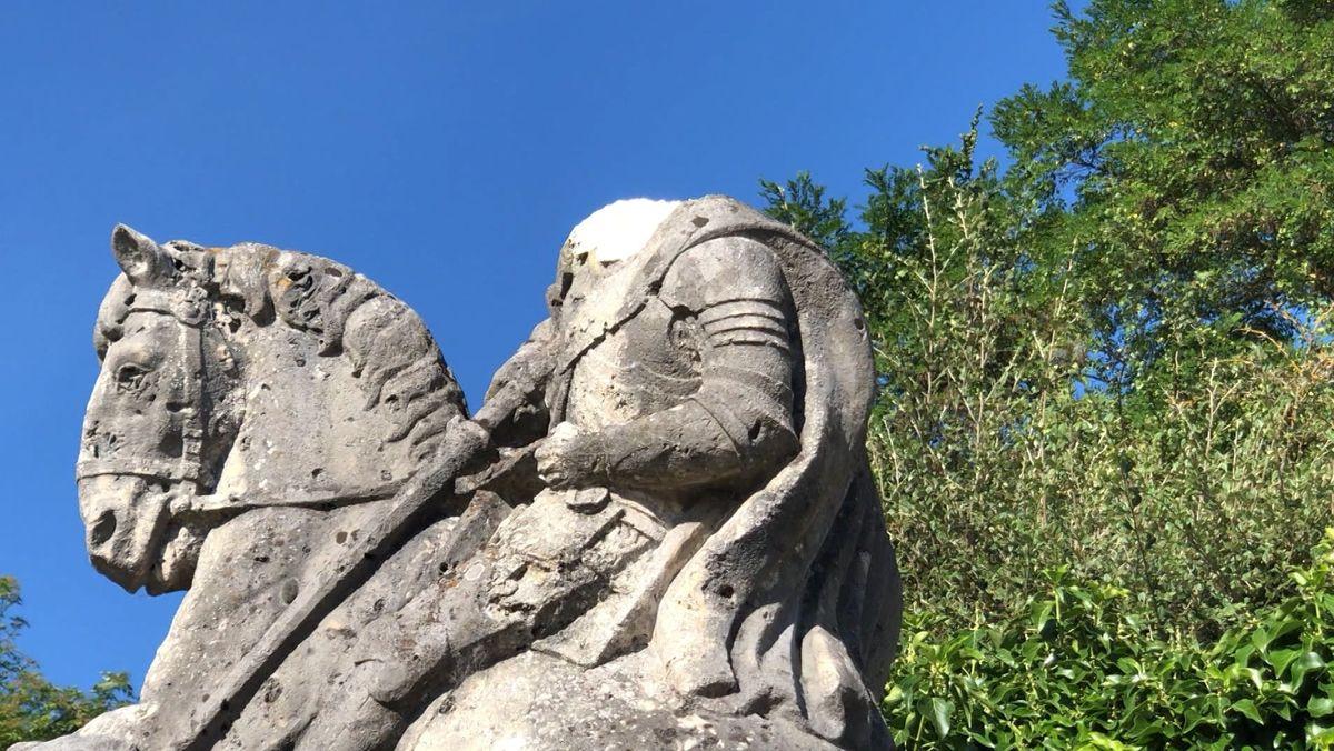 """Das """"geköpfte"""" Kriegerdenkmal in Lappersdorf. Unbekannte hatten im Sommer den Kopf des Hl. Georgs abgeschlagen und gestohlen."""