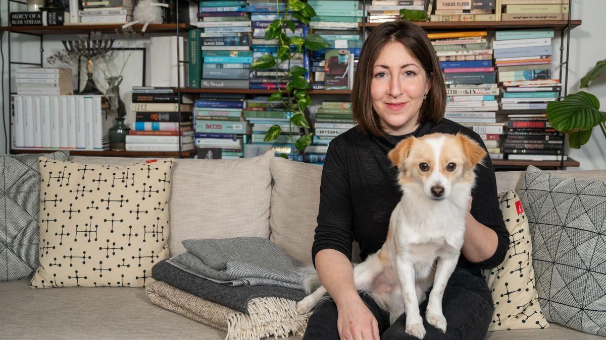 Die Autorin Deborah Feldman mit ihrem Hund in ihrem Wohnzimmer in Berlin