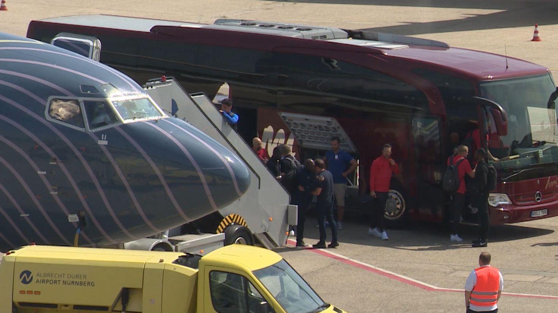 Spieler steigen in einen Bus ein