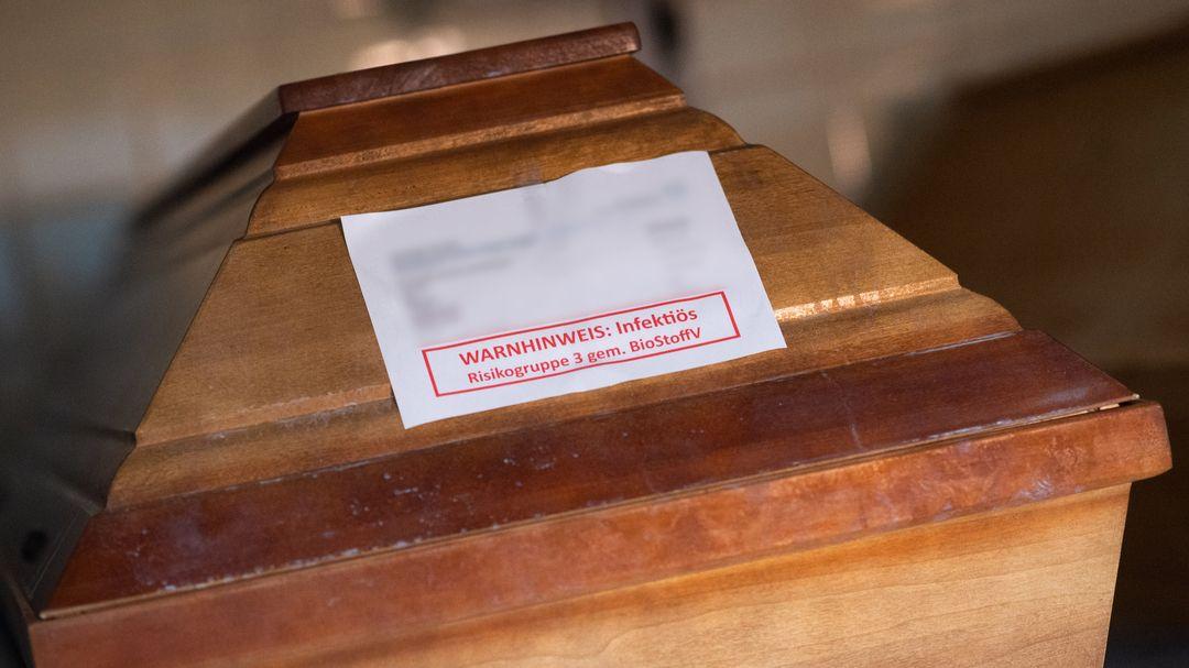 Särge von Verstorbenen, die mit oder an dem Coronavirus gestorben sind, stehen in einem Krematorium.
