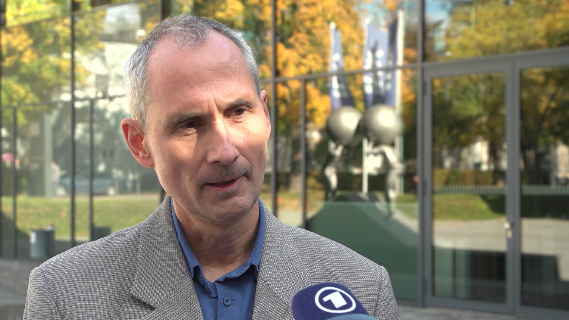 IHK-Experte vor Augsburger Niederlassung des Verbands