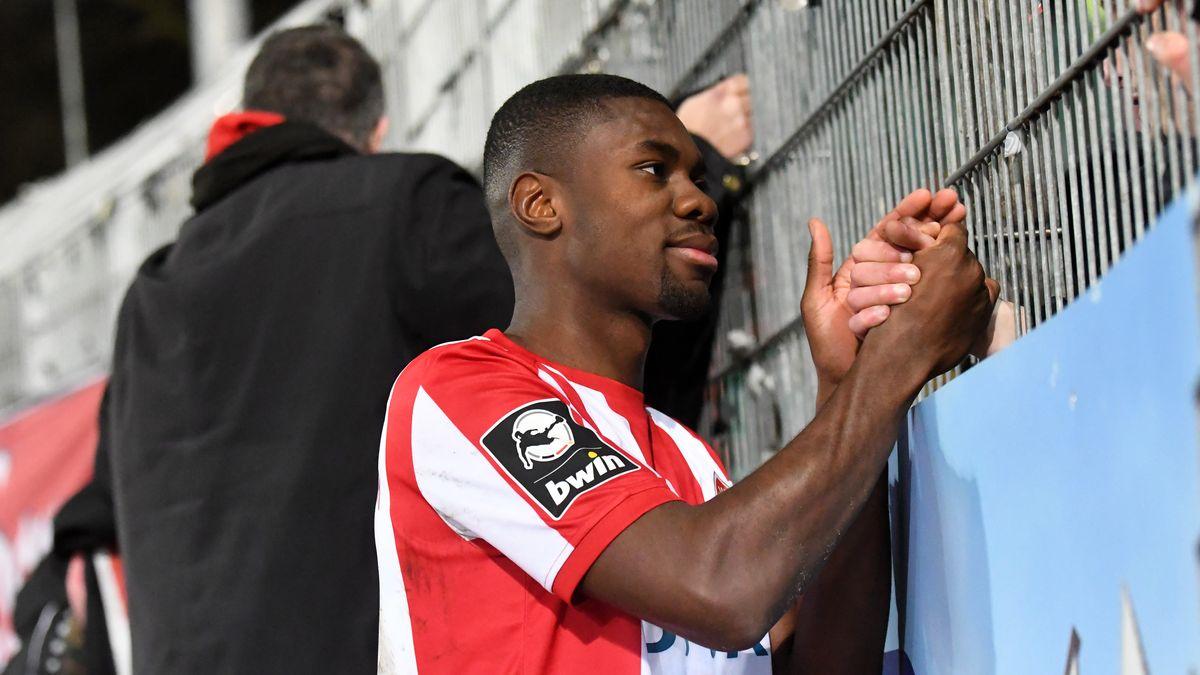 Würzburger Kickers-Spieler Leroy Kwadwo bedankt sich bei den Fans.