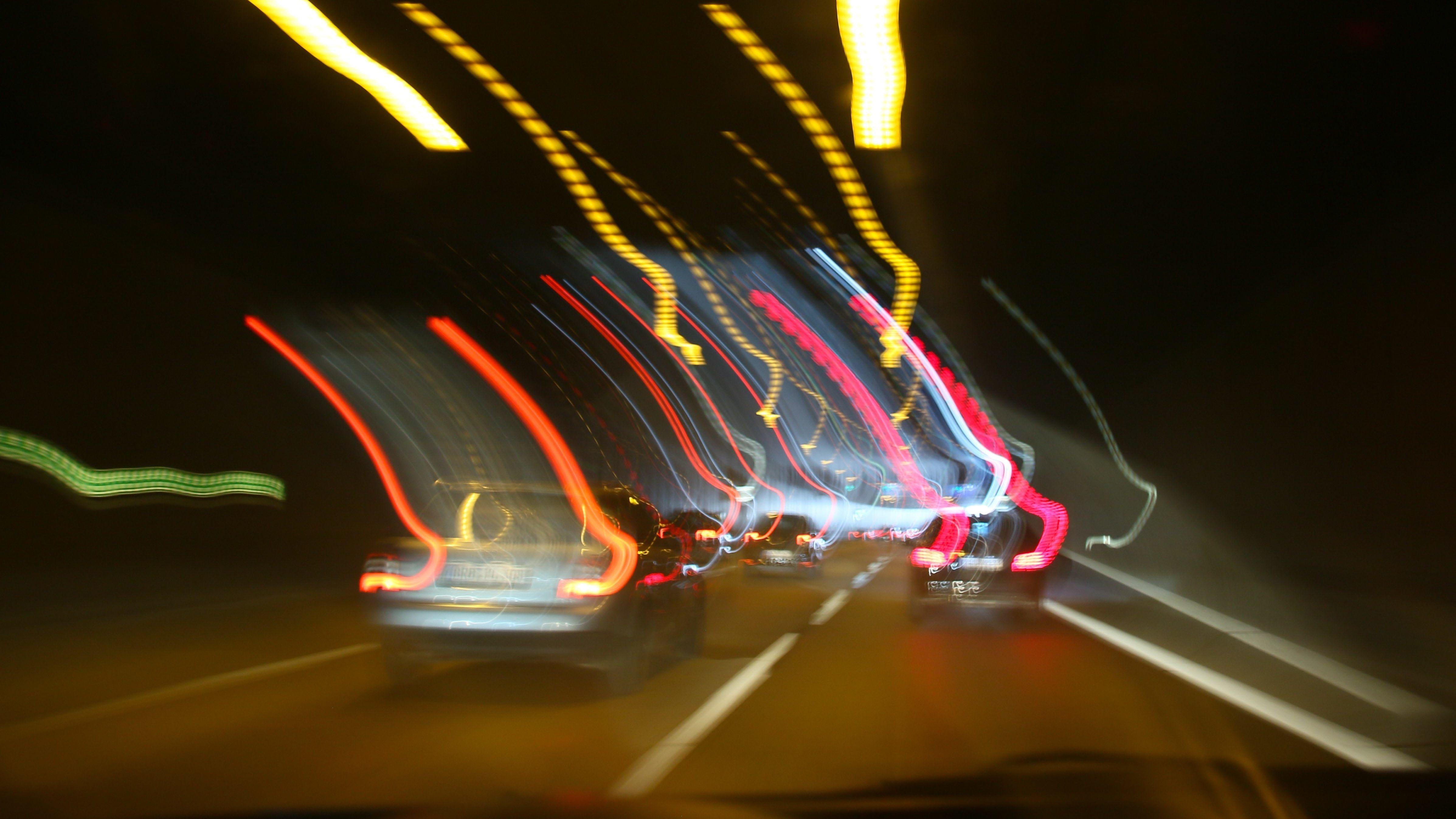 Verschwommene Rücklichter von Autos bei Dunkelheit