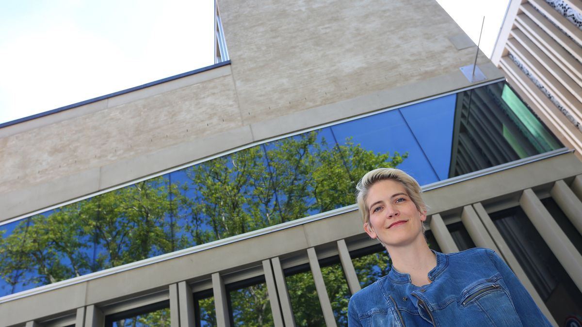 Frau vor dem Theater Memmingen: Intendantin Kathrin Mädler