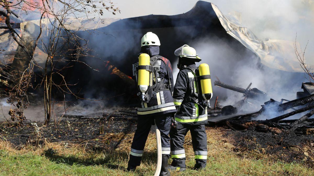 Ein seit mehreren Jahren unbewohnter Bauernhof in Bärnau im Kreis Tirschenreuth ist am Sonntag bei einem Feuer weitgehend zerstört worden.
