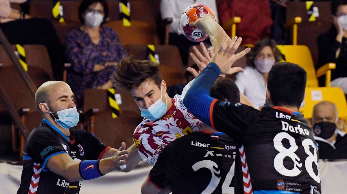Handball mit Mund-Nasen-Schutz