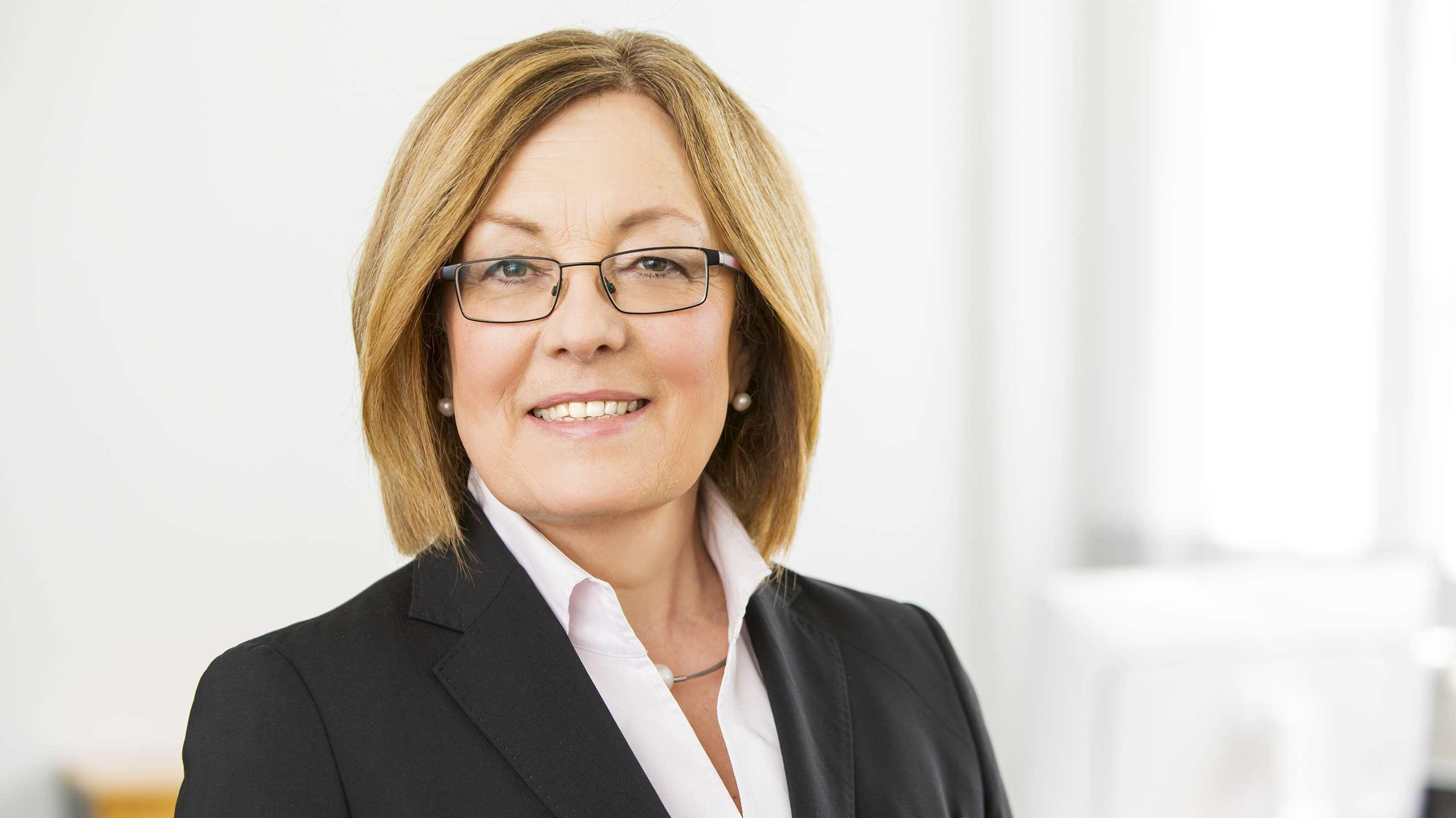 Porträtfoto von Irmgard Stippler, Vorstandschefin der AOK Bayern.