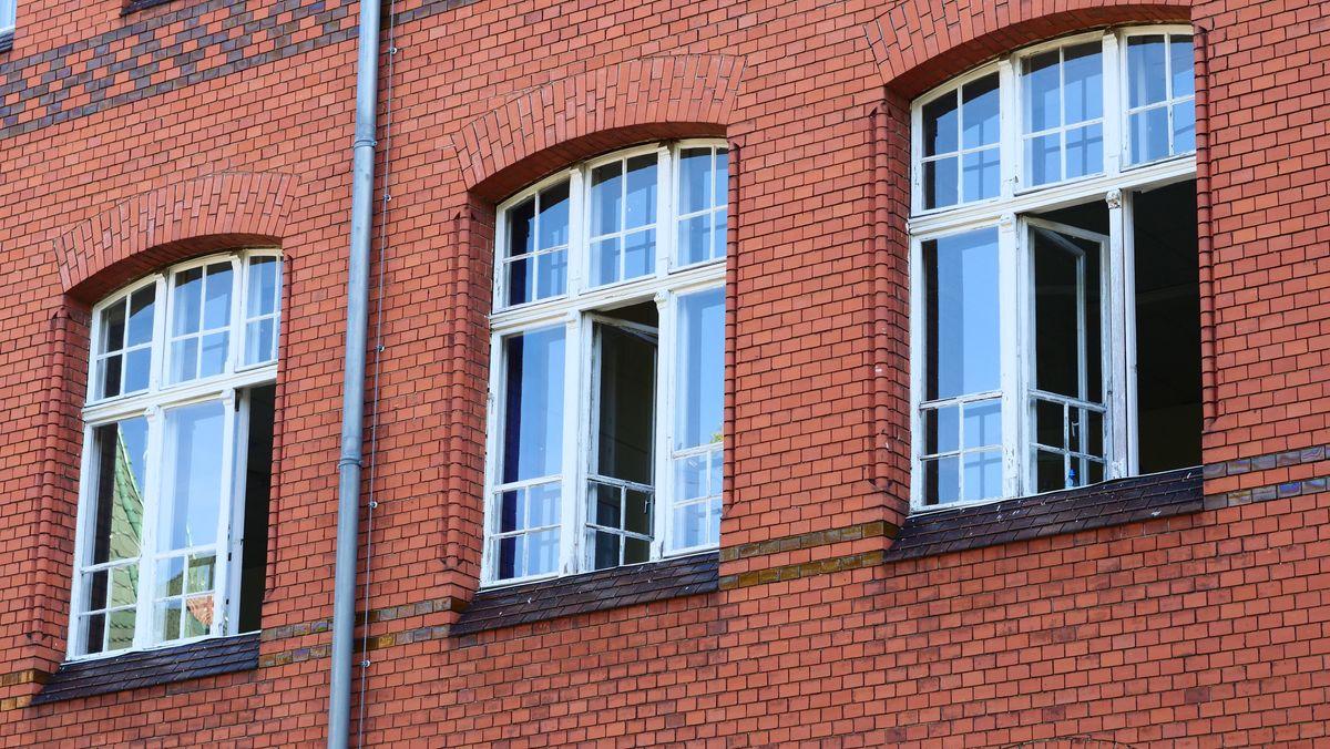 Die Fenster an einer Berliner Schule sind offen.