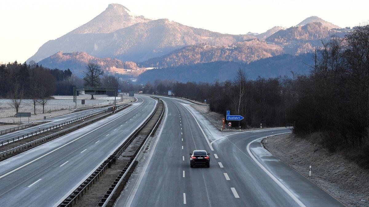 Ein einzelnes Fahrzeug ist auf der ansonsten leeren Autobahn A93 bei Kiefersfelden unterwegs.