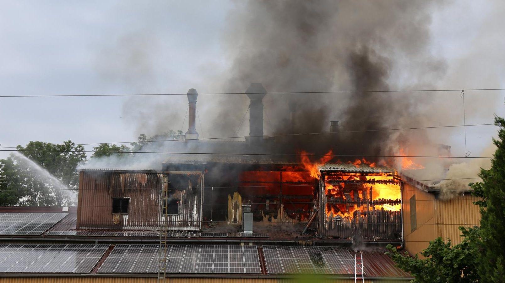 Eine Lagerhalle in der Bahnhofstraße in Mindelheim brennt. Der Bahnhof wird nicht mehr angefahren.