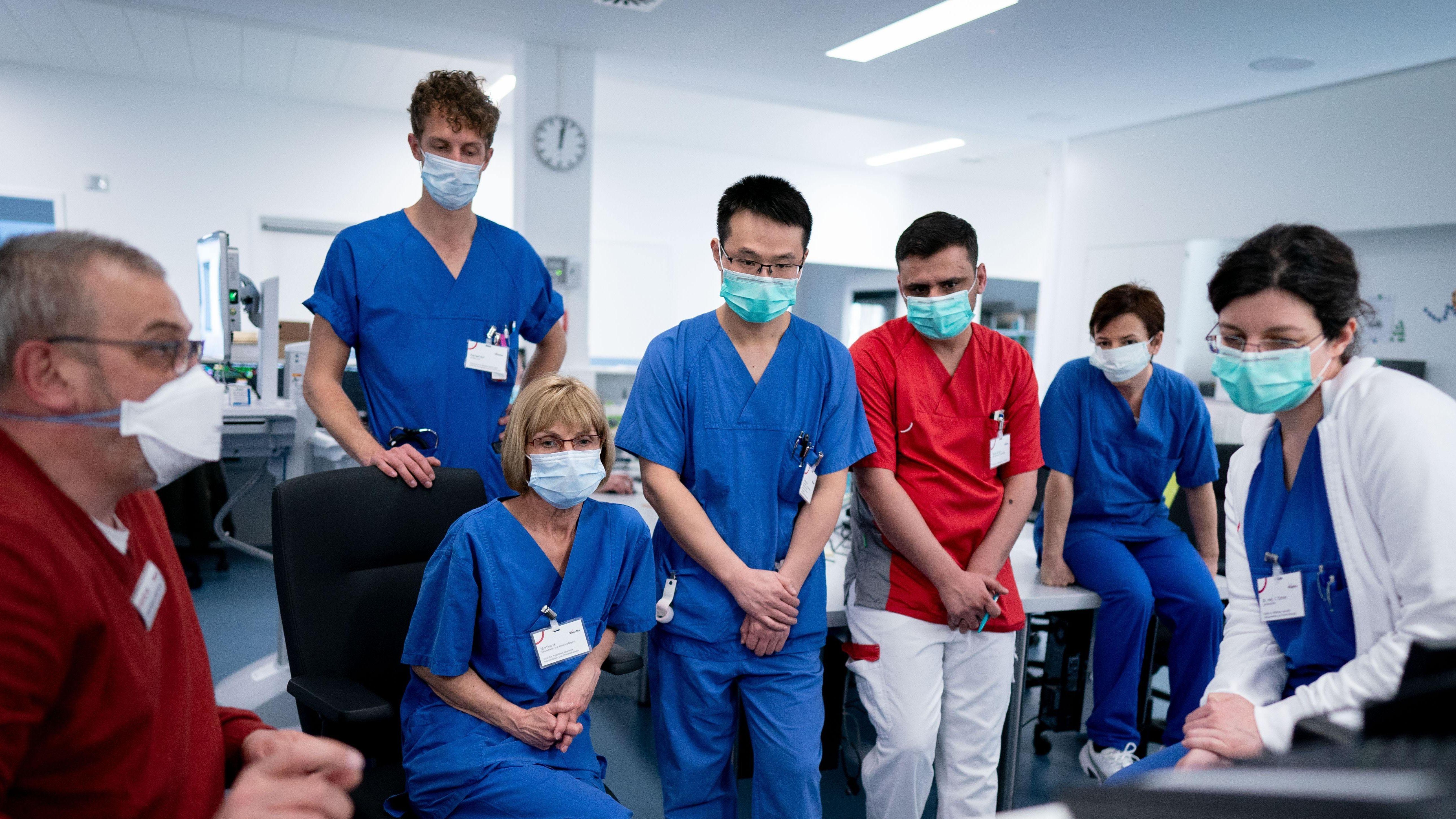 Die Mitarbeiter in Krankenhäusern sind in der Coronakrise extremen Belastungen ausgesetzt.