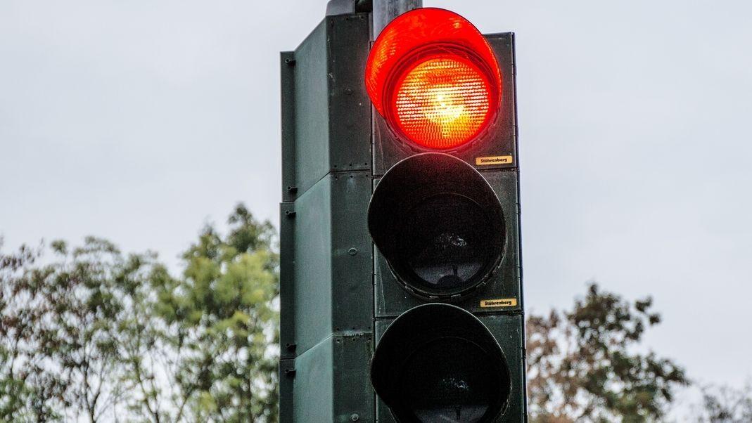 Symbolbild: rote Corona-Ampel