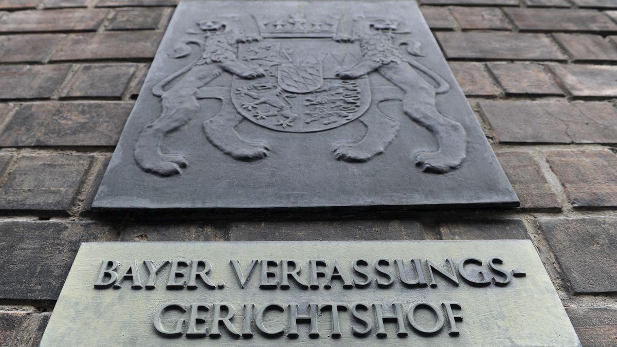 """Schild mit der Aufschrift """"Bayer. Verfassungsgerichtshof"""""""