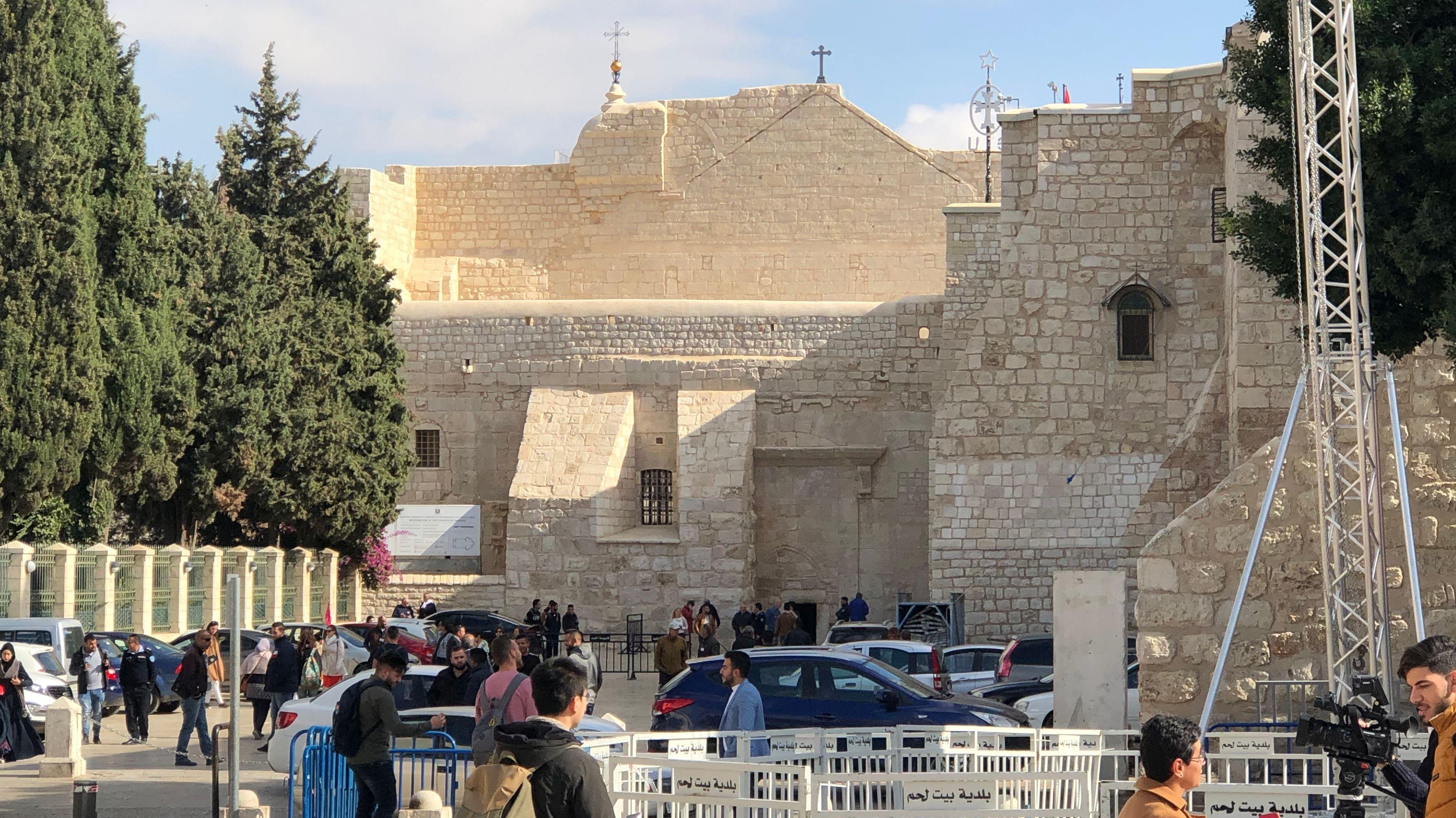 Touristen vor der Geburtskirche in Bethlehem