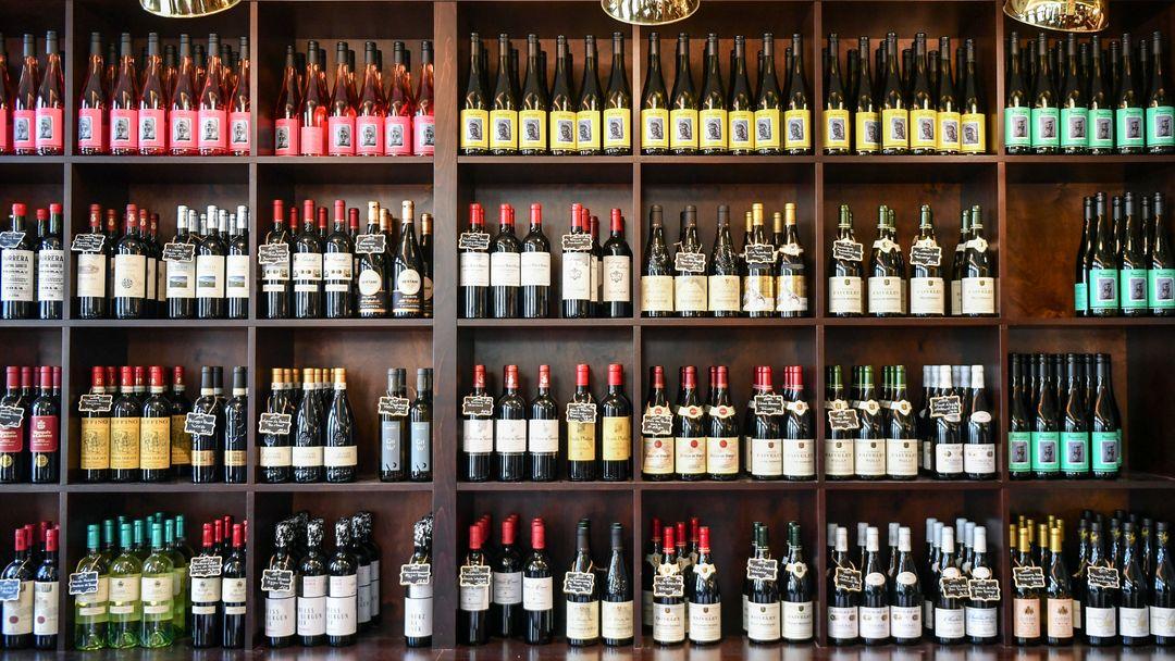 In einer Lebensmittelabteilung werden in einem Regal Weine angeboten