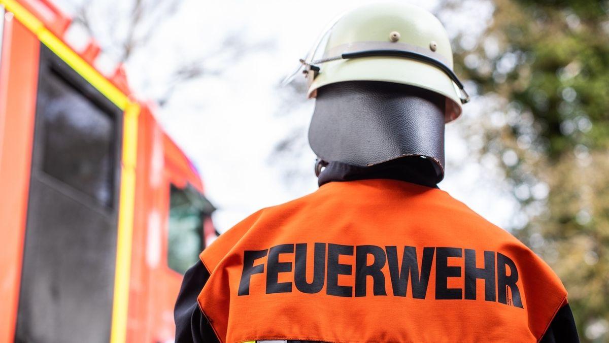 Symbolbild: Ein Mitglied der Feuerwehr im Einsatz.