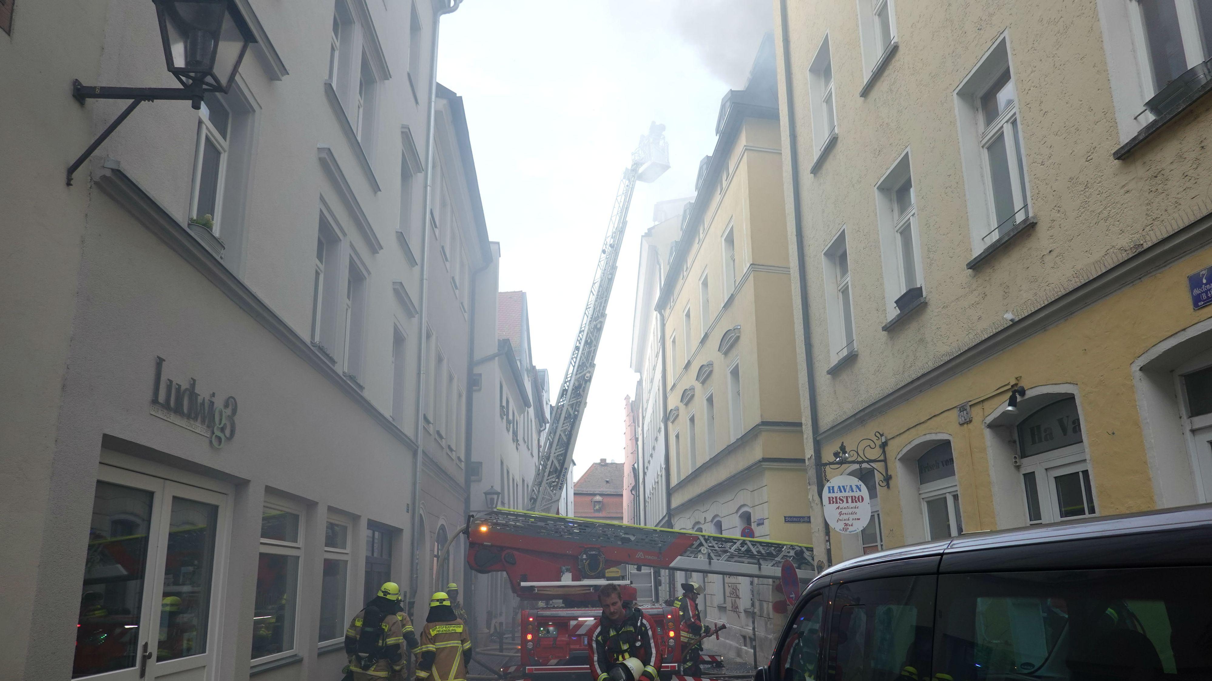 Mit Drehleitern versuchte die Feuerwehr den Brand in der stark verrauchten Gasse zu löschen