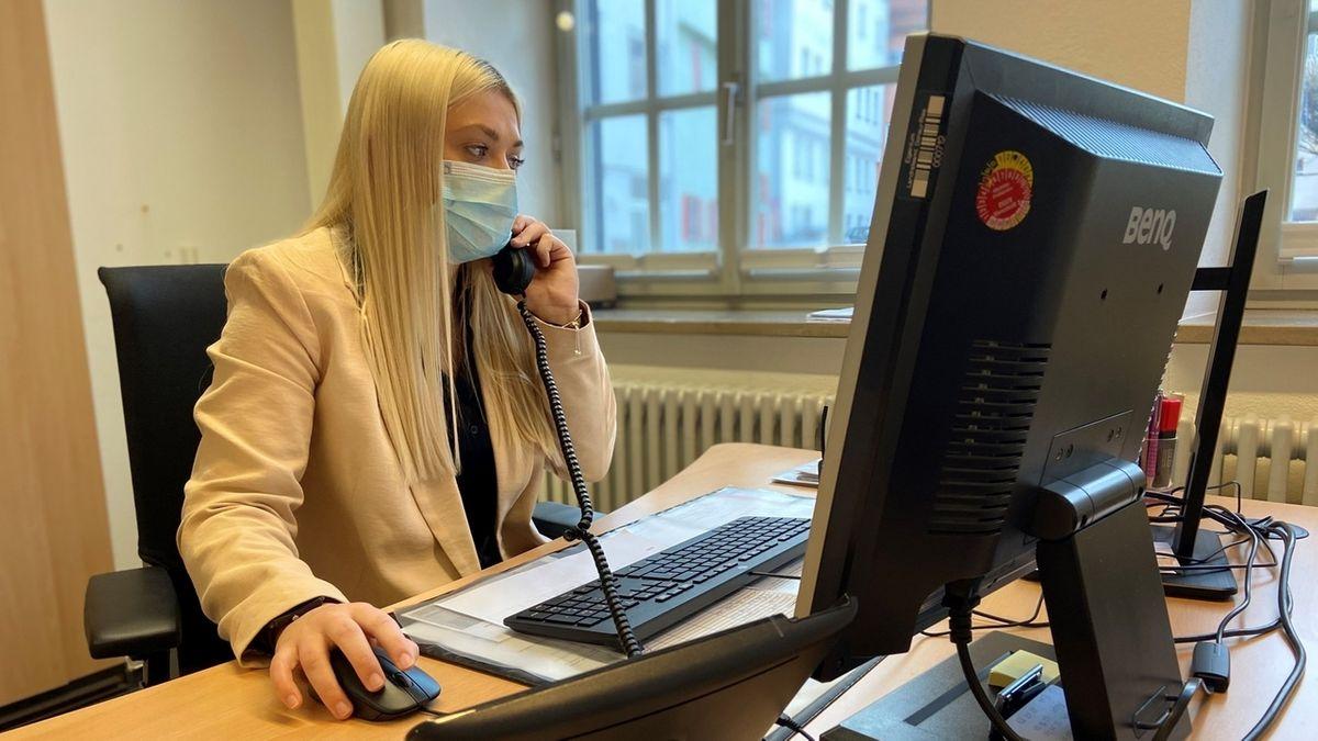 Christina Weigel, eine Corona-Kontaktnachverfolgerin im Gesundheitsamt in Nördlingen, sitzt am PC und telefoniert.