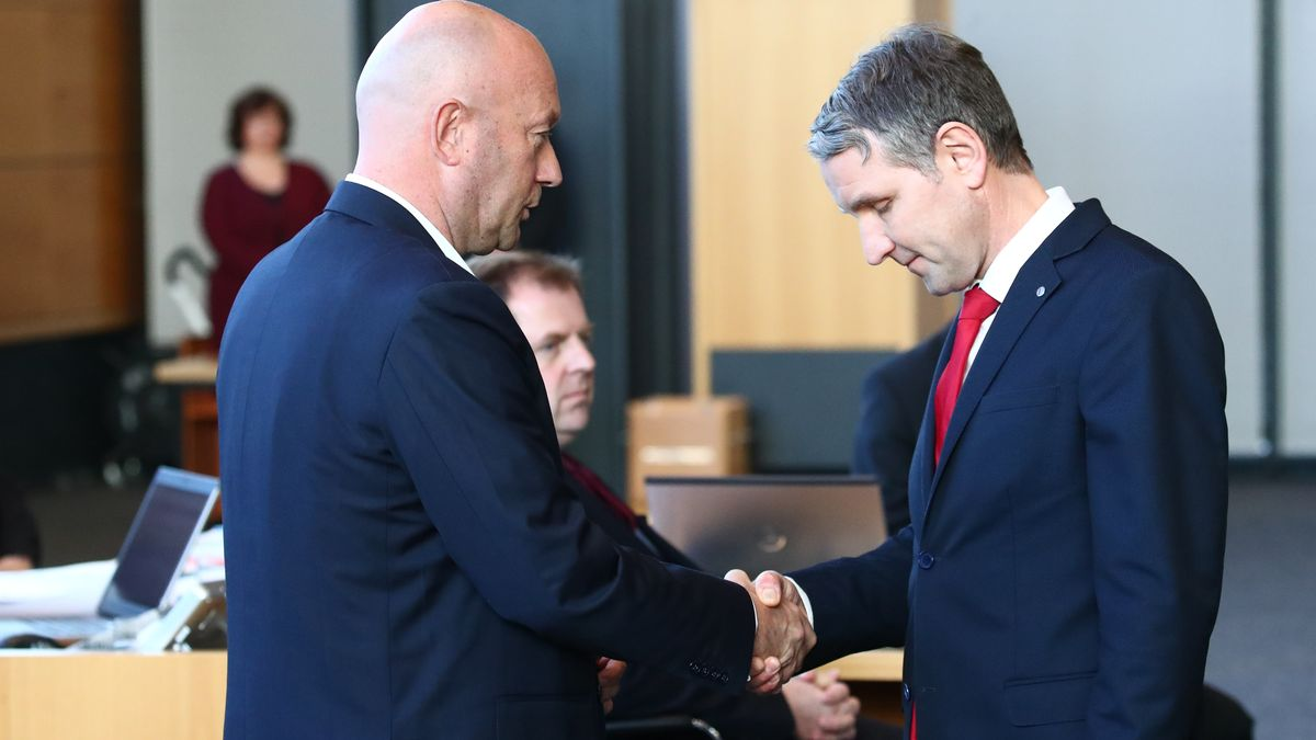 Thüringen, Erfurt: Björn Höcke, AfD Thüringen (rechts) gratuliert dem neuen Ministerpräsidenten Thomas L. Kemmerich (FDP).