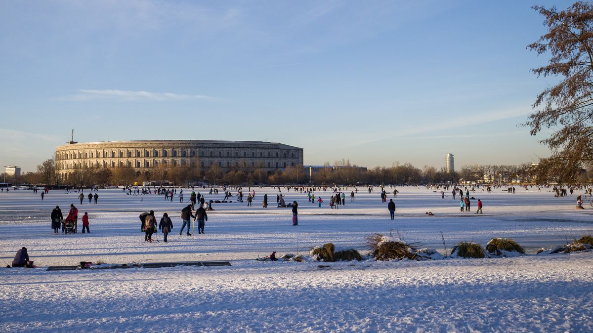 Zahlreiche Menschen laufen Schlittschuh auf dem Großen Dutzendteich in Nürnberg