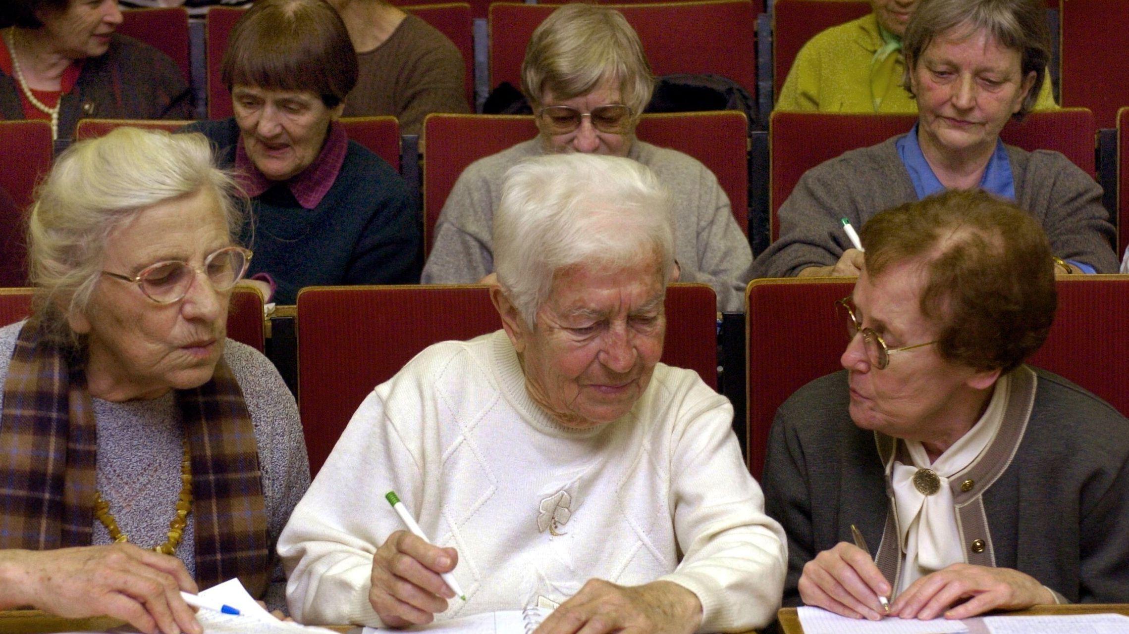 Seniorenstudentinnen bei einer Vorlesung (Symbolbild)