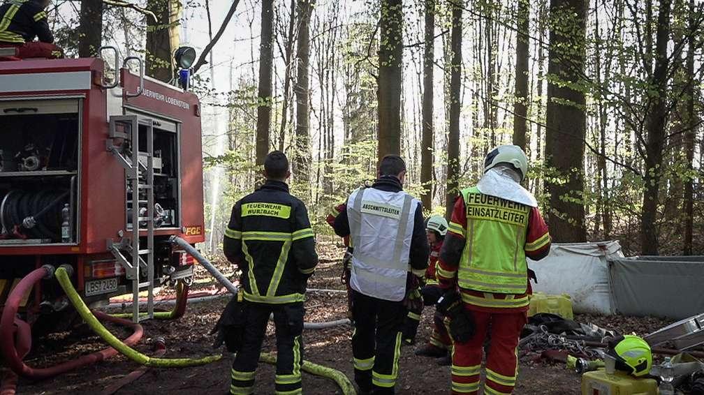 Feuerwehrleute im Wald am Bleiloch-Stausee