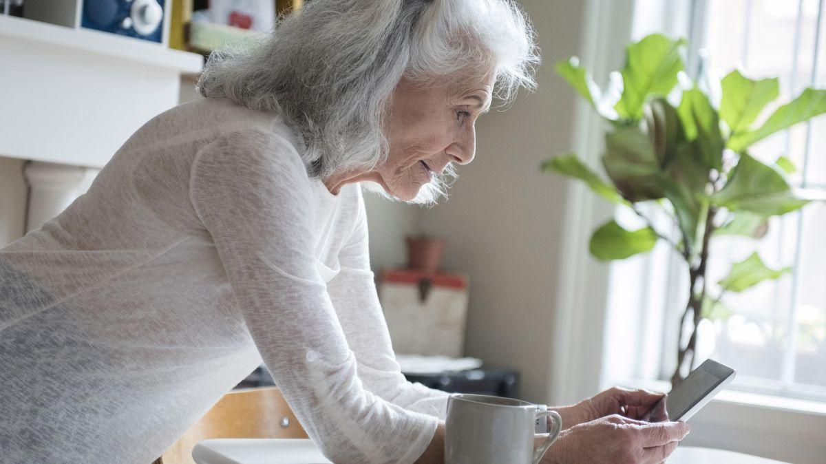 Ältere Dame mit Smartphone