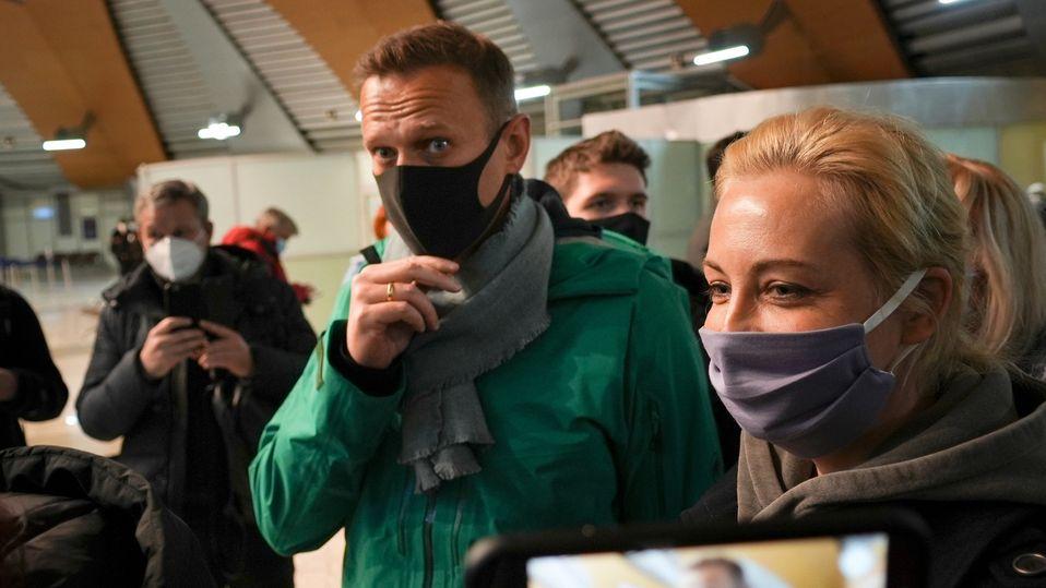 17.01.2021, Russland, Moskau: Alexej Nawalny (M) und seine Frau Julia stehen am Flughafen Scheremetjewo in der Schlange zur Passkontrolle.