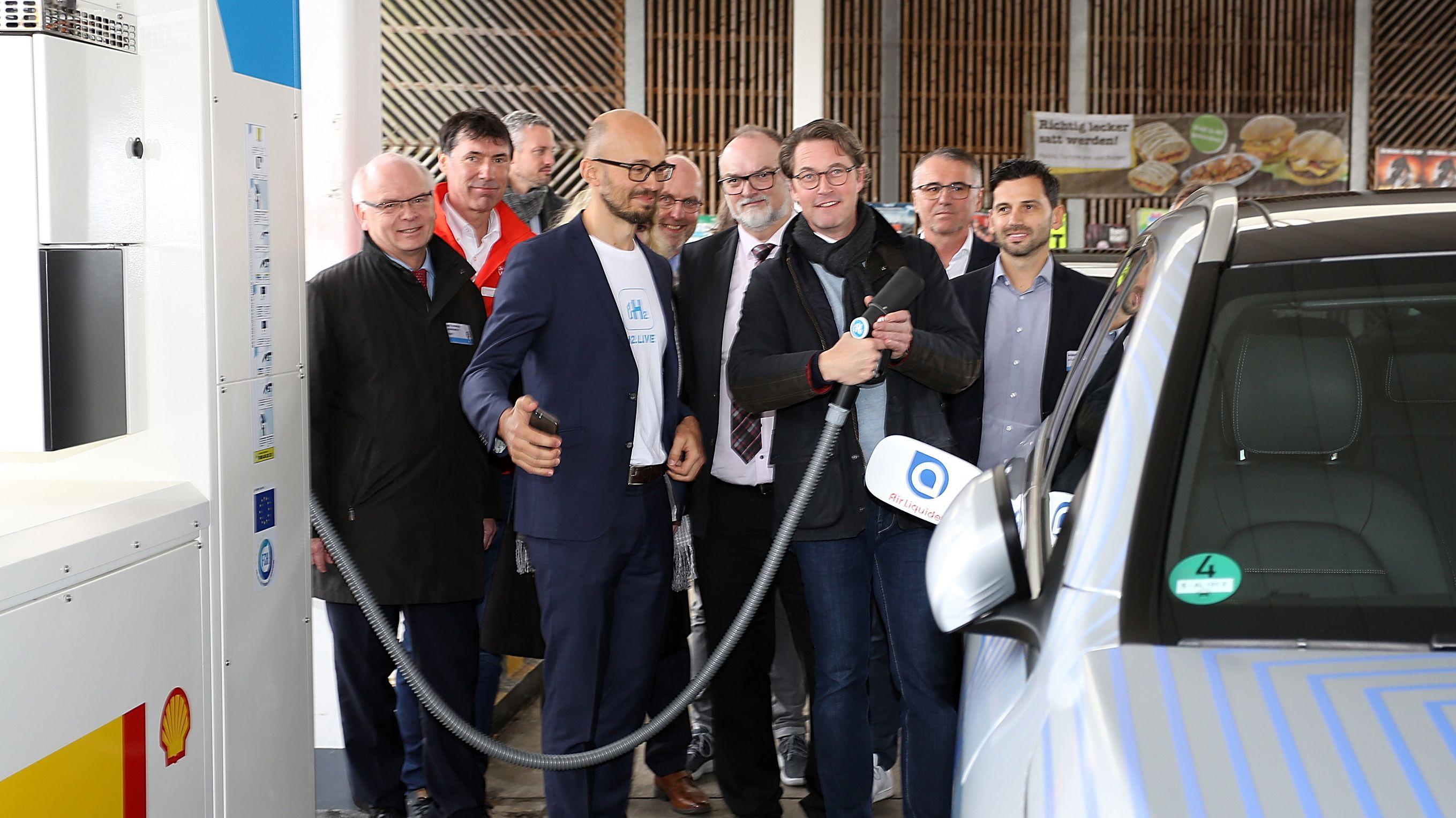 Bundesverkehrsminister Scheuer eröffnet zusammen mit dem Passauer Oberbürgermeister Jürgen Dupper die erste Wasserstoff-Tankstelle Niederbayerns.