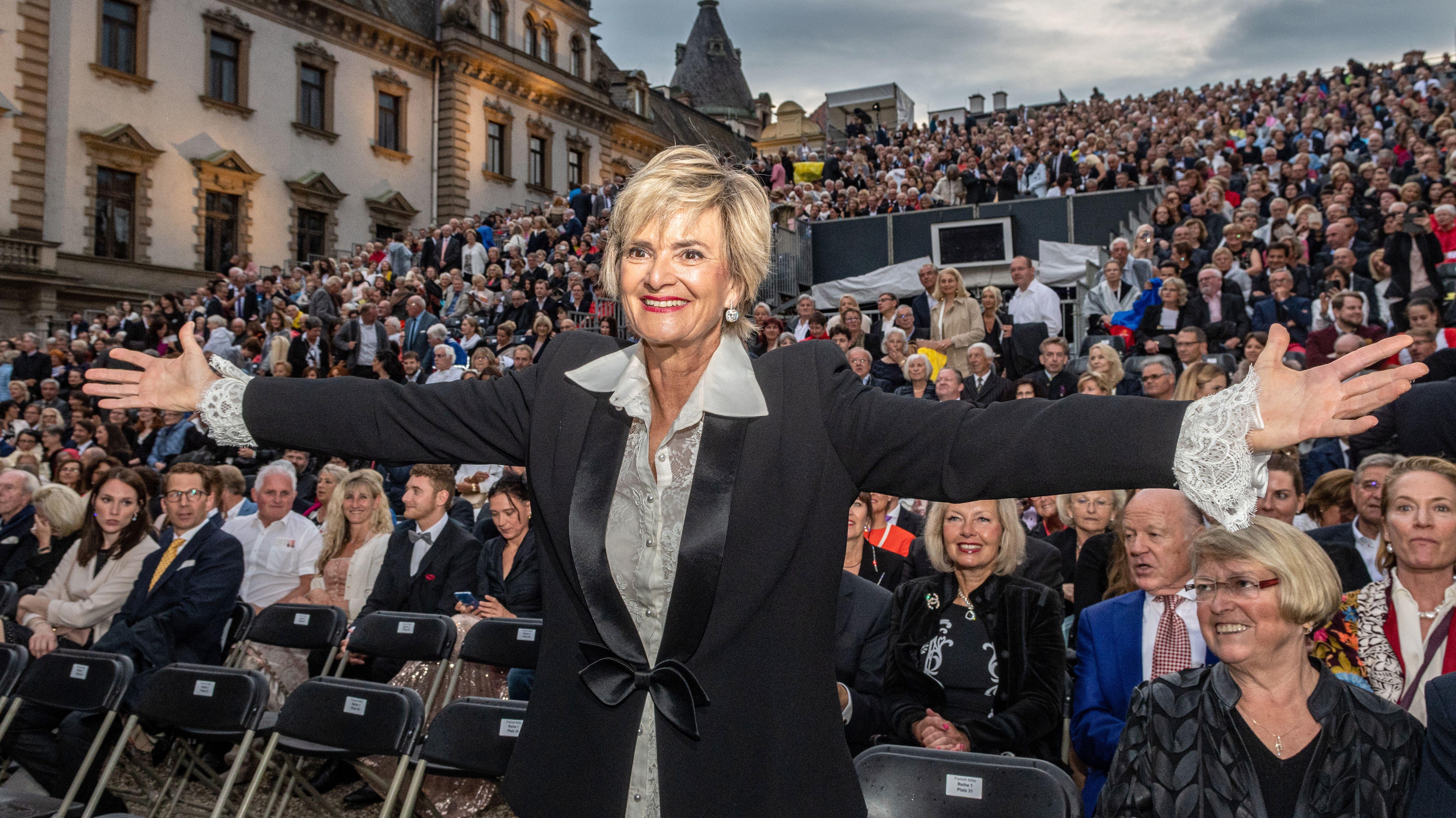 Gloria von Thurn und Taxis vor der Zuschauertribüne der Schlossfestspiele