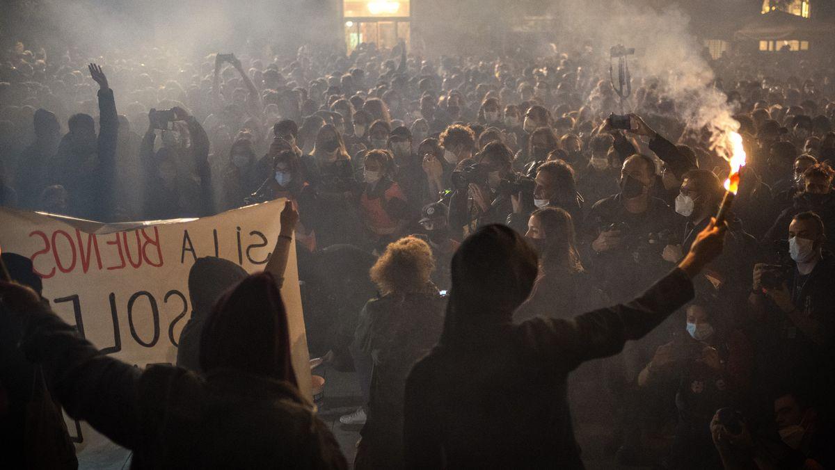 31.10.2020, Spanien, Barcelona: Demonstranten versammeln bei Protesten gegen die Einschränkungen des öffentlichen Lebens wegen der Corona-Pandemie. Spanien ist eines der von der Corona-Krise am schwersten getroffenen Länder Westeuropas. Am Donnerstag hatte das Parlament der Verlängerung des Alarmzustandes - der dritthöchsten Notstandsstufe - bis zum 9. Mai zugestimmt. Foto: Emilio Morenatti/AP/dpa +++ dpa-Bildfunk +++
