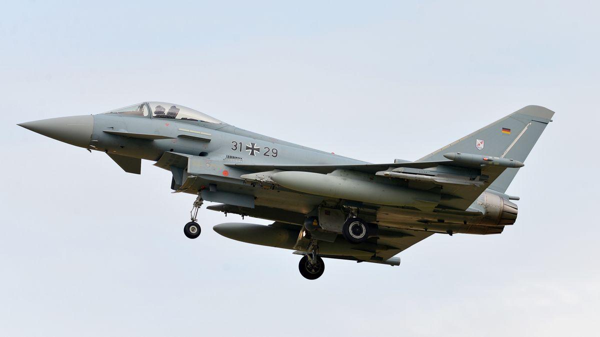 Kampfflugzeug der Bundeswehr Eurofighter in der Luft