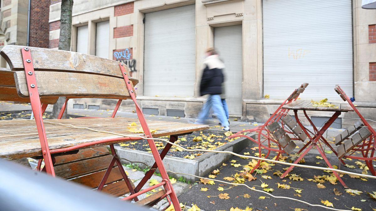 Stuttgart: Passanten gehen an einer geschlossenen Bar vorbei.