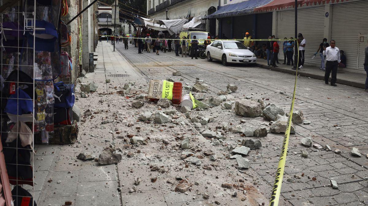Menschen schauen auf eine abgesperrte Zone um Trümmer nach einem Erdbeben der Stärke 7,5 im Süden des Landes.