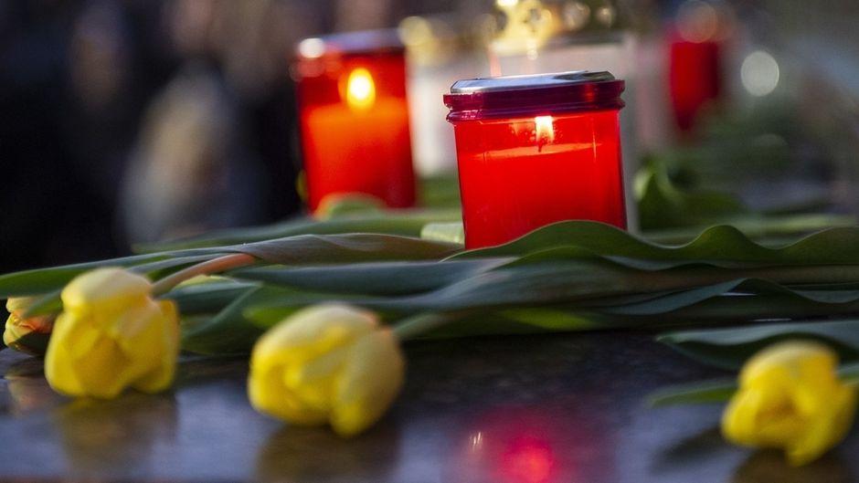 Hanau: Blumen und Kerzen für die Opfer auf dem Marktplatz.