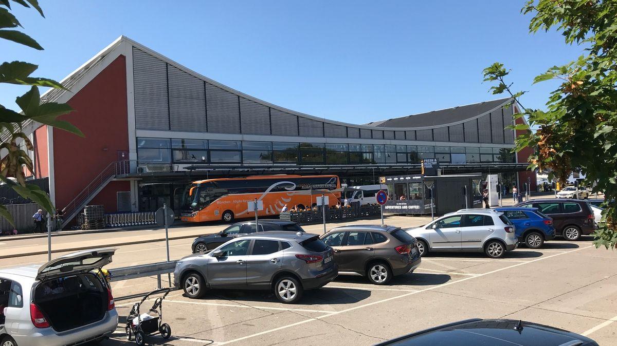 Autos parken vor dem Haupteingang des Allgäu-Airport bei Memmingen