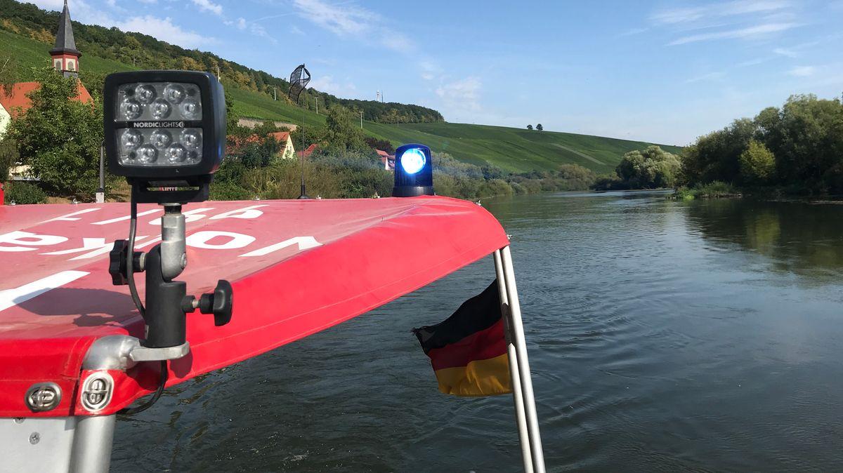 Ein Feuerwehrboot bei einem Rettungseinsatz auf dem Altmain
