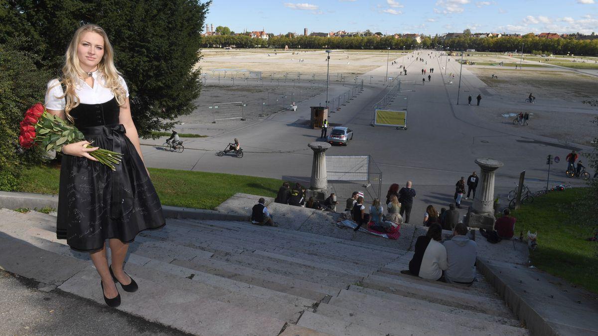 Das Münchner Kindl Viktoria Ostler steht in einem schwarzen Gedenkdirndl für die entfallene Wiesn am 04.10.2020 an der Theresienwiese.