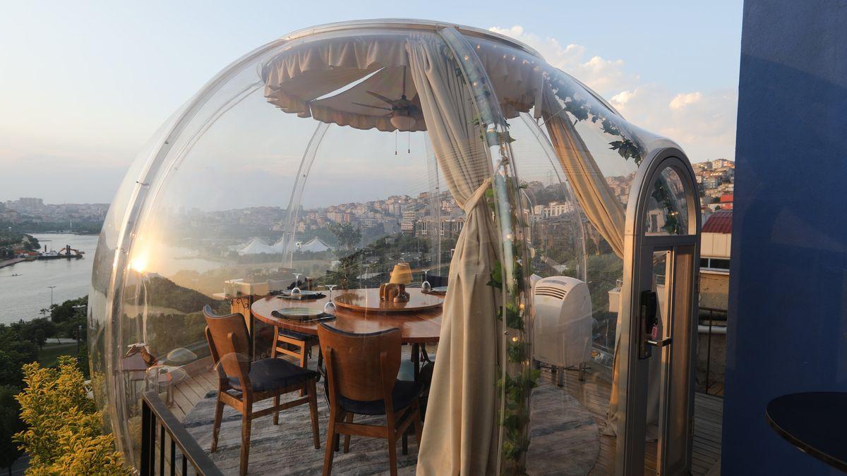 Tische im Außenbereich eines Restaurants sind als Maßnahme gegen die Ansteckung der Gäste mit dem Coronavirus mit durchsichtigem Plexiglas in Form von Kuppeln überspannt.