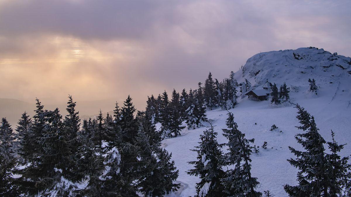 Arberkapelle bei Sonnenaufgang, Grossen Arber mit Nebel