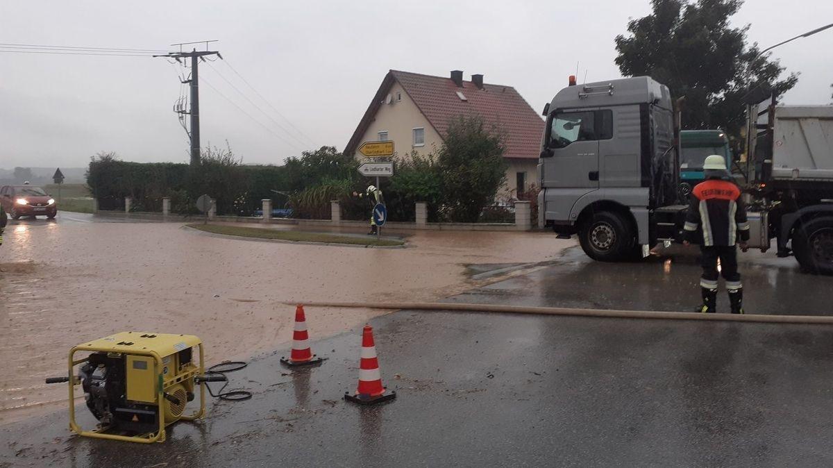 Die Feuerwehr musste eine überflutete Straße bei Westen im Kreis Straubing-Bogen sperren